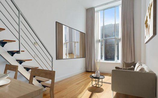 Appartamento su due piani con balcone